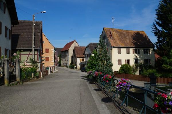 La rue des écoles à Luemschwiller, un ensemble homogène de la Renaissance. La maison Zaessinger est la grande bâtisse à droite